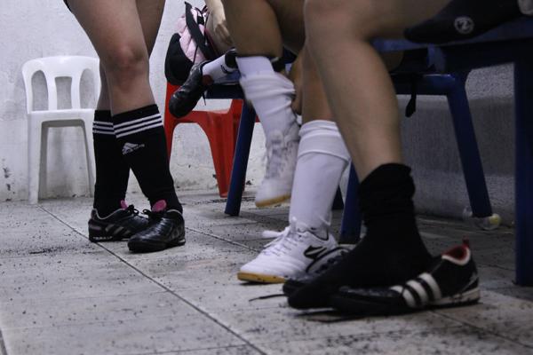 Mulheres recorrem a chuteiras masculinas e infantis por falta de opções no mercadoFoto: Rafael Guimarães/Guia do Boleiro